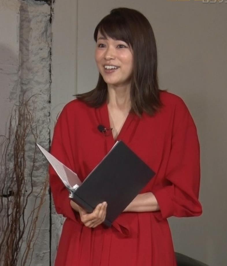本田朋子アナ ちょっと胸元が開いてるキャプ・エロ画像4