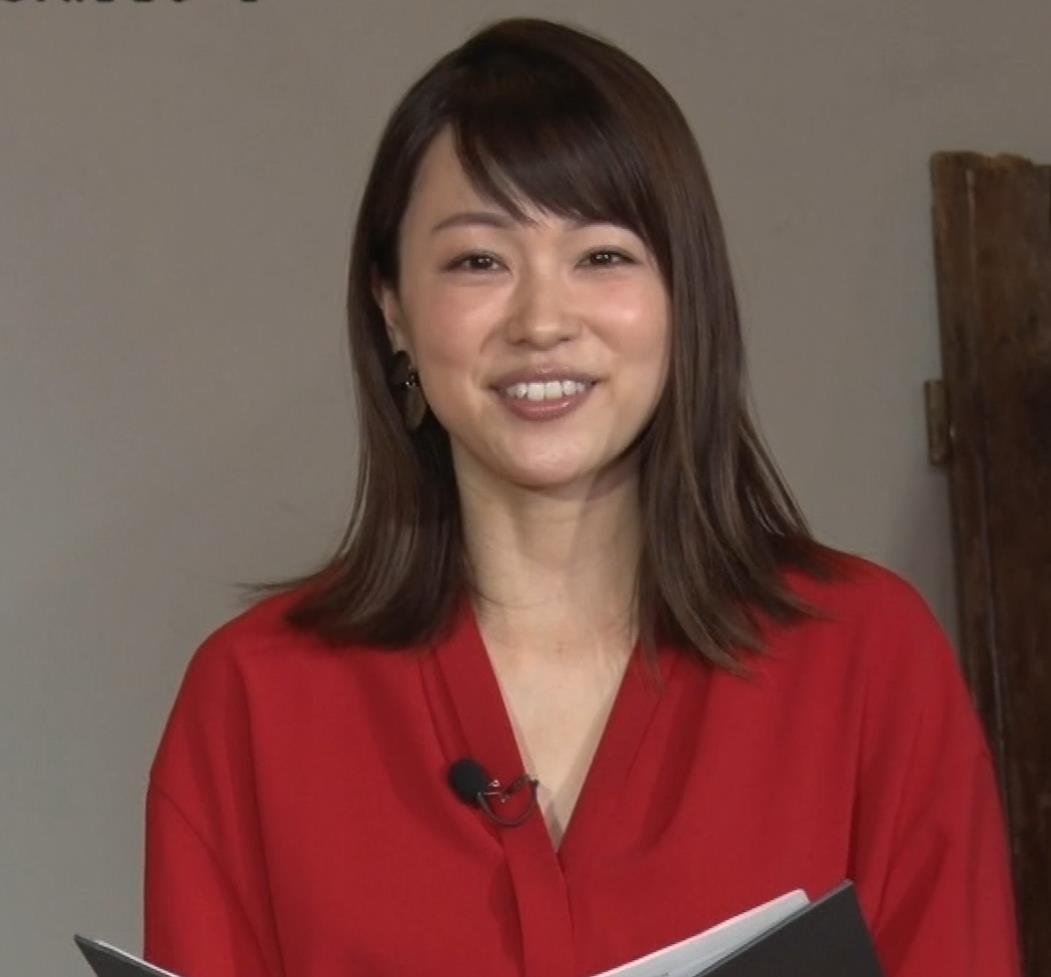 本田朋子アナ ちょっと胸元が開いてるキャプ・エロ画像6