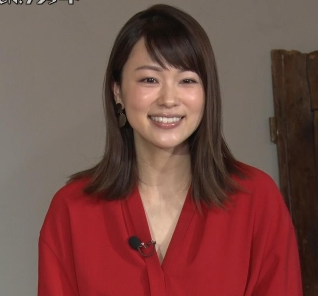 本田朋子アナ ちょっと胸元が開いてるキャプ・エロ画像7