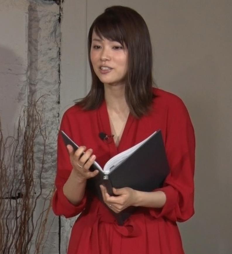 本田朋子アナ ちょっと胸元が開いてるキャプ・エロ画像8
