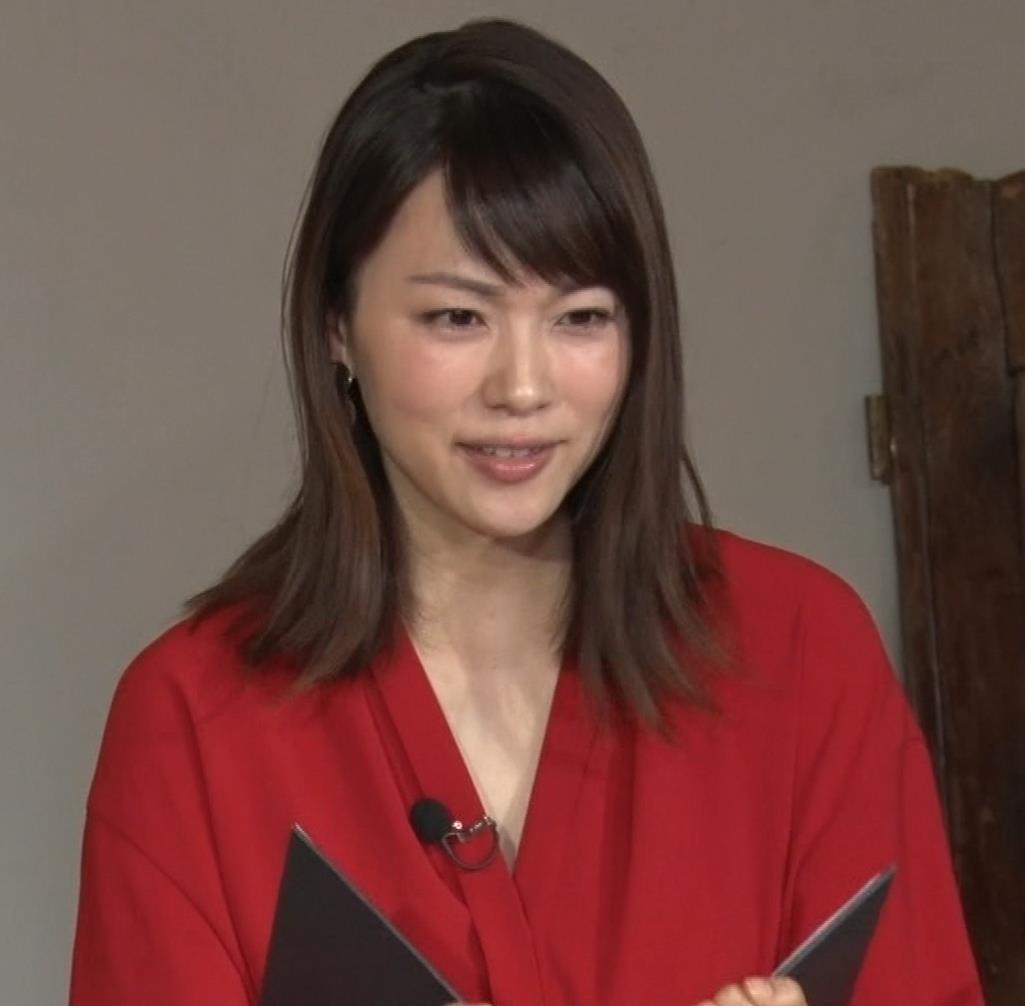 本田朋子アナ ちょっと胸元が開いてるキャプ・エロ画像9