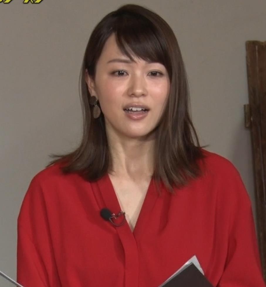 本田朋子アナ ちょっと胸元が開いてるキャプ・エロ画像10