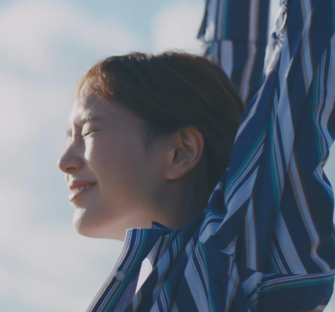 本田翼 胸を張ってエロい横乳(おっぱい)キャプ・エロ画像3