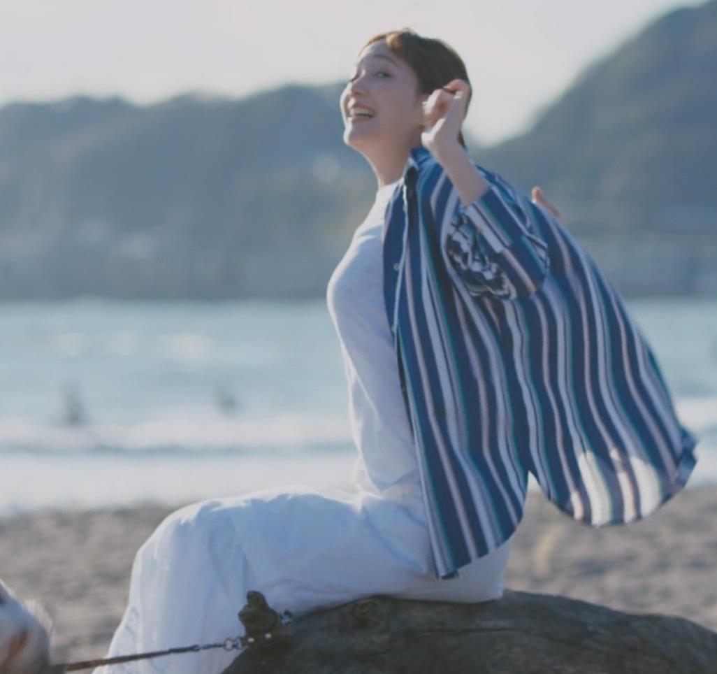 本田翼 胸を張ってエロい横乳(おっぱい)キャプ・エロ画像4