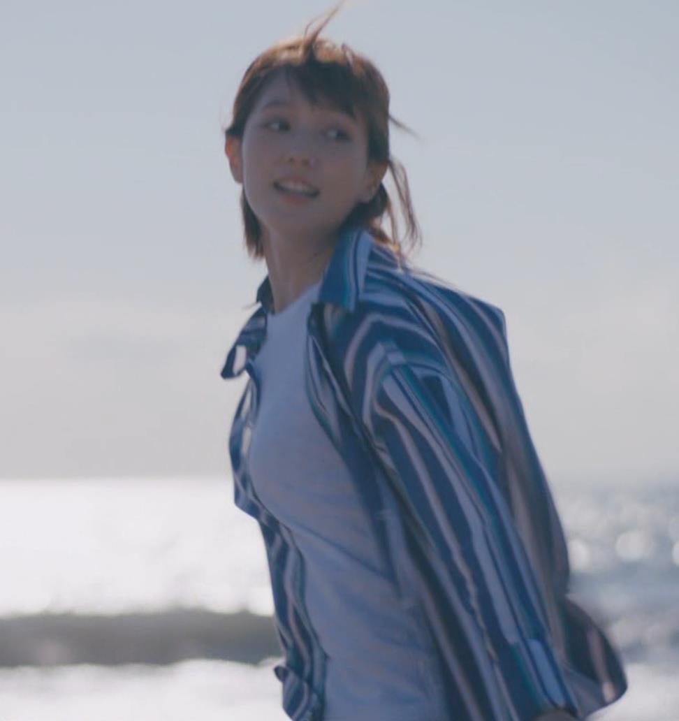本田翼 胸を張ってエロい横乳(おっぱい)キャプ・エロ画像8