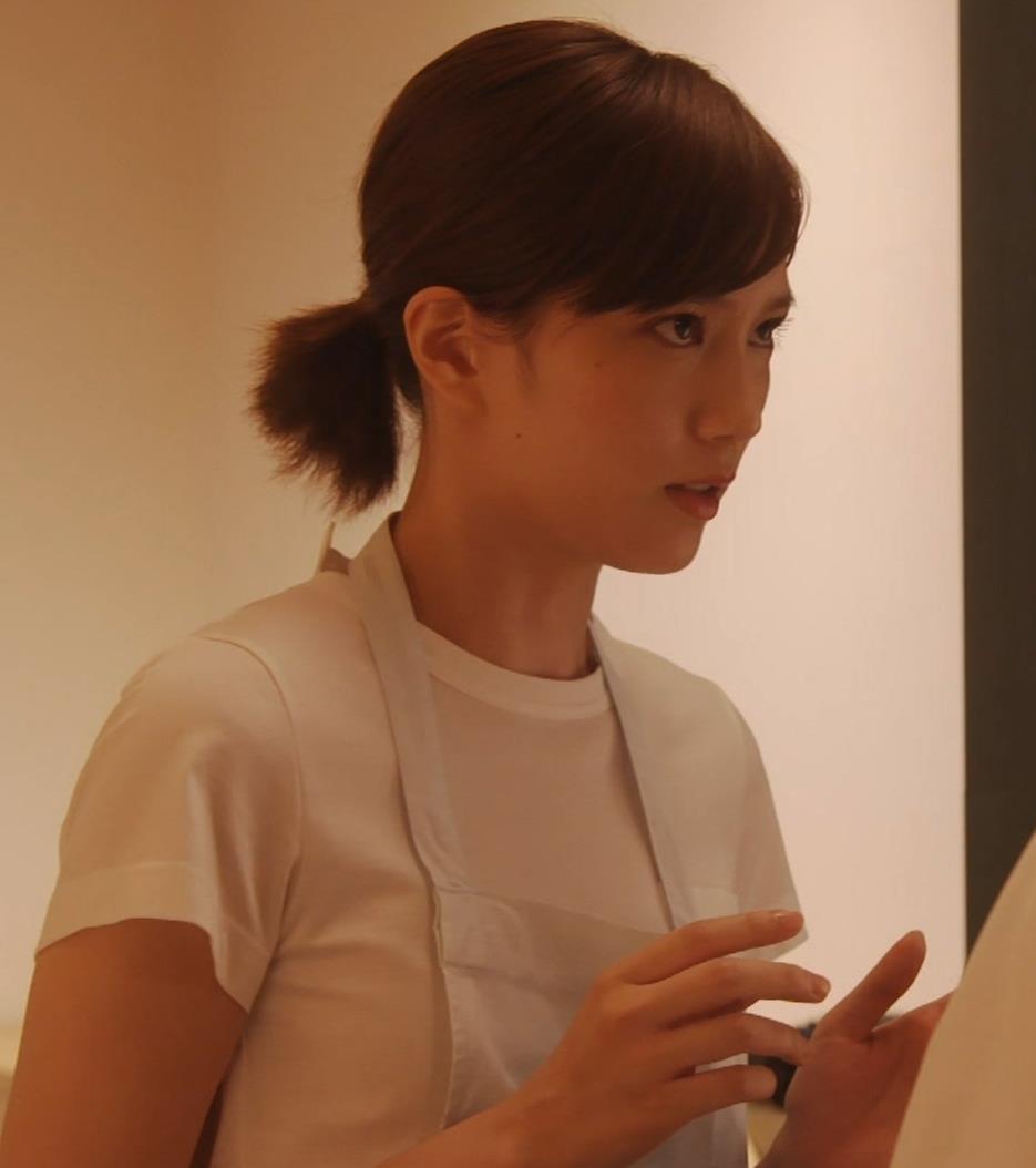 本田翼 ドラマでのTシャツおっぱいキャプ・エロ画像3