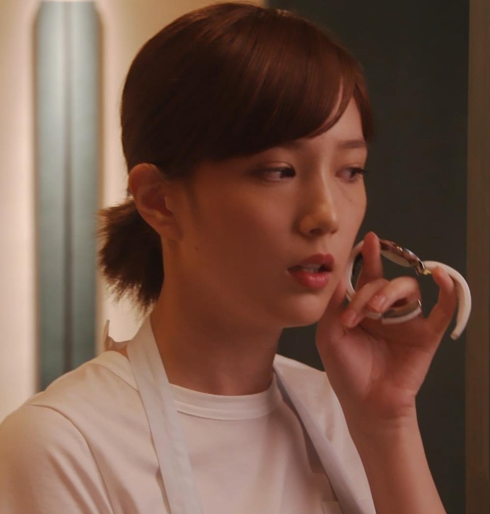 本田翼 ドラマでのTシャツおっぱいキャプ・エロ画像5