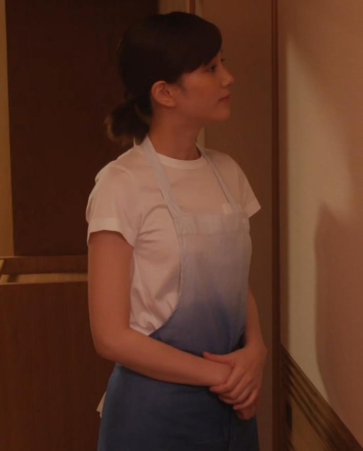 本田翼 ドラマでのTシャツおっぱいキャプ・エロ画像8