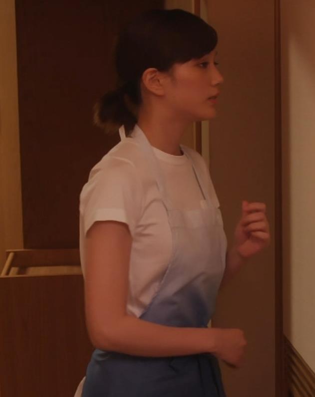 本田翼 ドラマでのTシャツおっぱいキャプ・エロ画像9