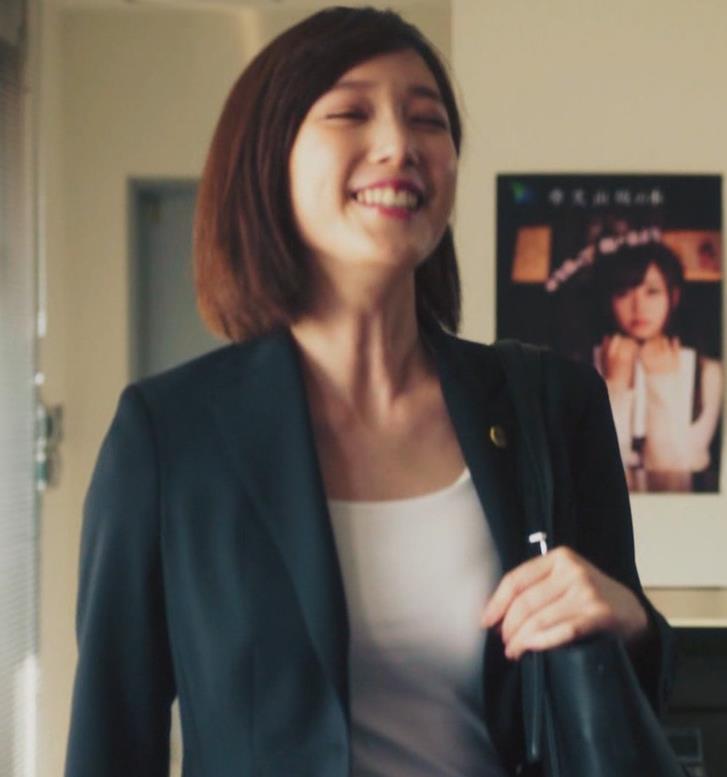 本田翼 ジャケットの下のおっぱいがエロいキャプ・エロ画像