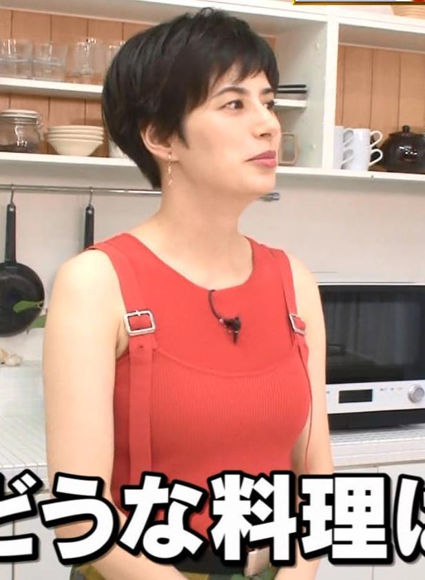ホラン千秋 タンクトップみたいな服でおっぱいがエロいキャプ・エロ画像3