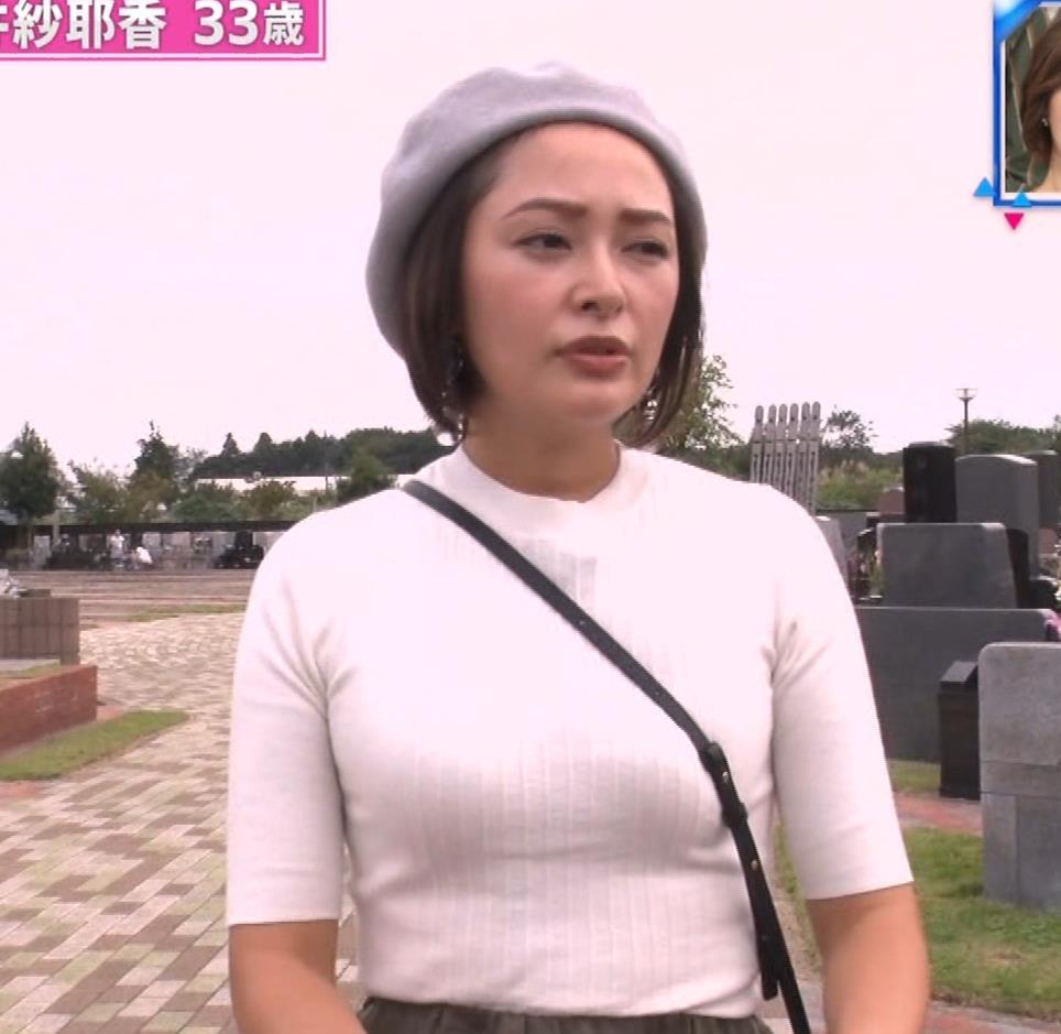 市井紗耶香 巨乳パイスラ!&ブラ透け&背中のタトゥーキャプ・エロ画像11