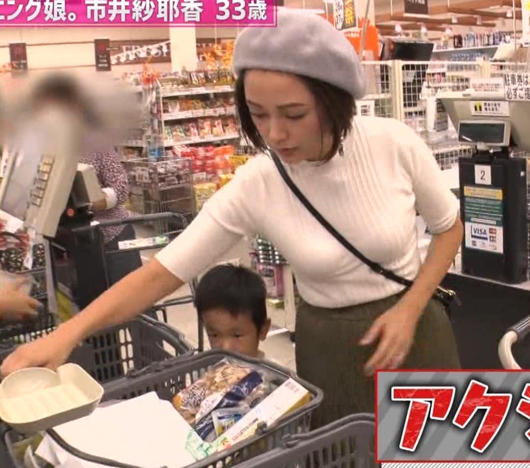 市井紗耶香 巨乳パイスラ!&ブラ透け&背中のタトゥーキャプ・エロ画像3