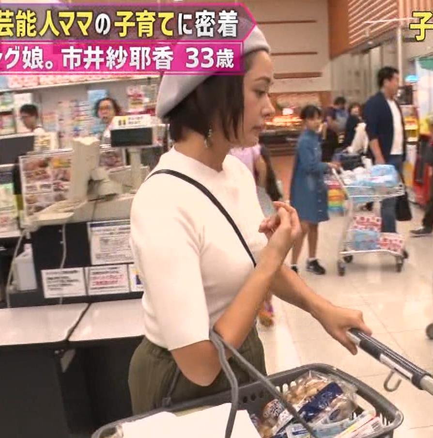 市井紗耶香 巨乳パイスラ!&ブラ透け&背中のタトゥーキャプ・エロ画像5