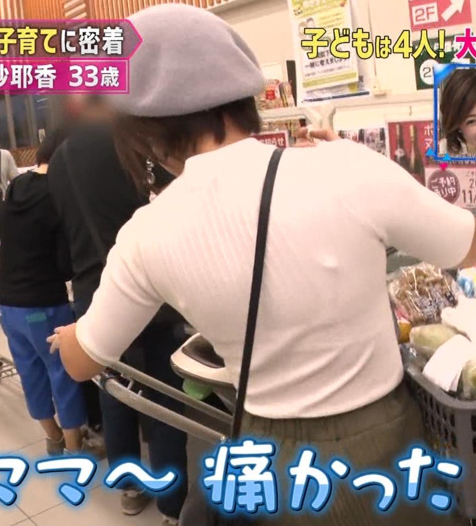 市井紗耶香 巨乳パイスラ!&ブラ透け&背中のタトゥーキャプ・エロ画像8