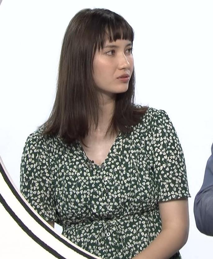 市川紗椰 ゆったりとしたした服でもおっぱいがデカいのがわかるキャプ・エロ画像3