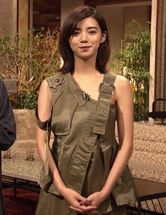 池田エライザ 片乳だけエロい衣装キャプ・エロ画像