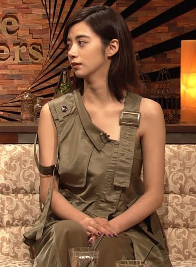 池田エライザ 片乳だけエロい衣装キャプ・エロ画像8