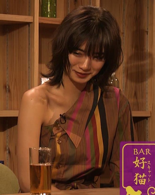 池田エライザ 片乳だけエロい衣装キャプ・エロ画像9