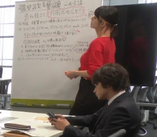 池田エライザ ゆったりした服でもエロいおっぱいキャプ・エロ画像3