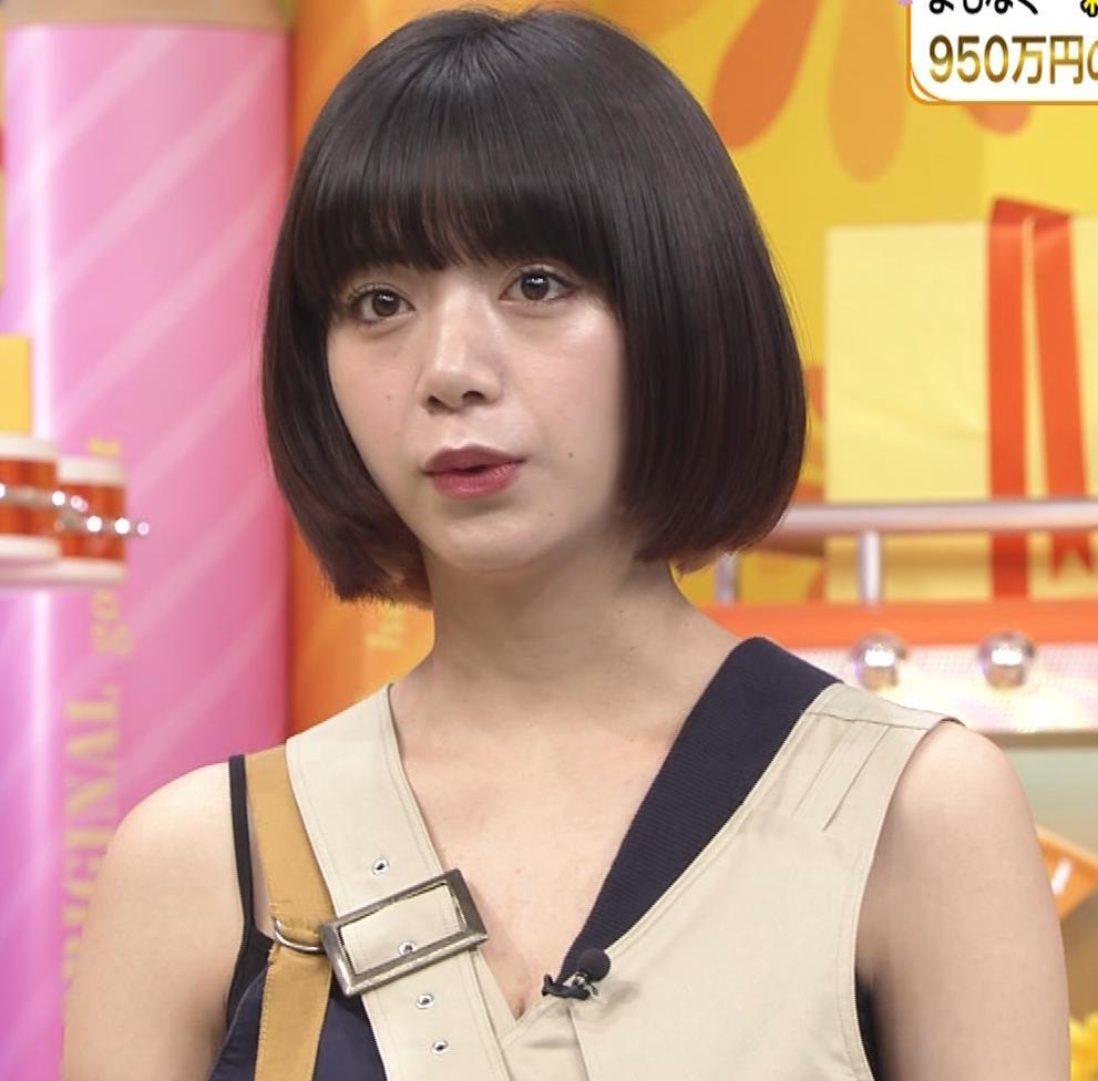 池田エライザ お昼の番組でもエロい衣装で胸の谷間チラリしてるキャプ・エロ画像2