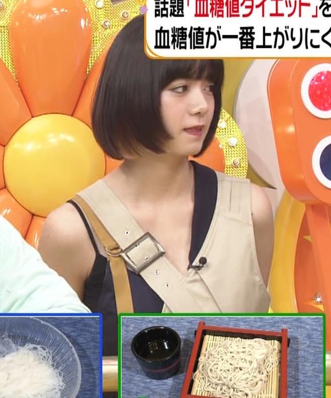 池田エライザ お昼の番組でもエロい衣装で胸の谷間チラリしてるキャプ・エロ画像12