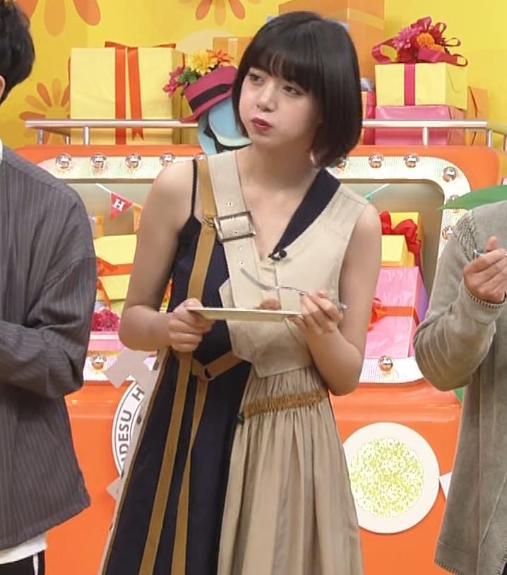 池田エライザ お昼の番組でもエロい衣装で胸の谷間チラリしてるキャプ・エロ画像13