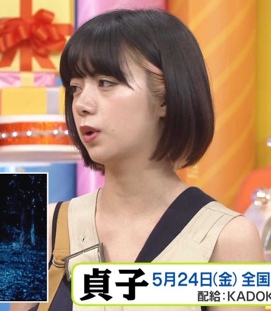 池田エライザ お昼の番組でもエロい衣装で胸の谷間チラリしてるキャプ・エロ画像14
