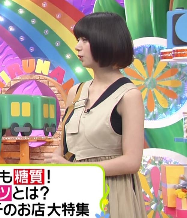 池田エライザ お昼の番組でもエロい衣装で胸の谷間チラリしてるキャプ・エロ画像3