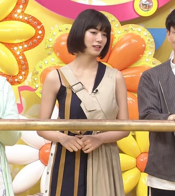 池田エライザ お昼の番組でもエロい衣装で胸の谷間チラリしてるキャプ・エロ画像4