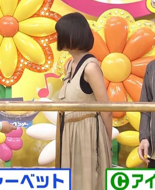 池田エライザ お昼の番組でもエロい衣装で胸の谷間チラリしてるキャプ・エロ画像6