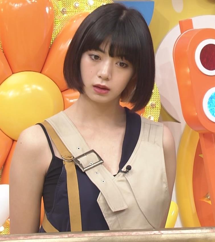 池田エライザ お昼の番組でもエロい衣装で胸の谷間チラリしてるキャプ・エロ画像7
