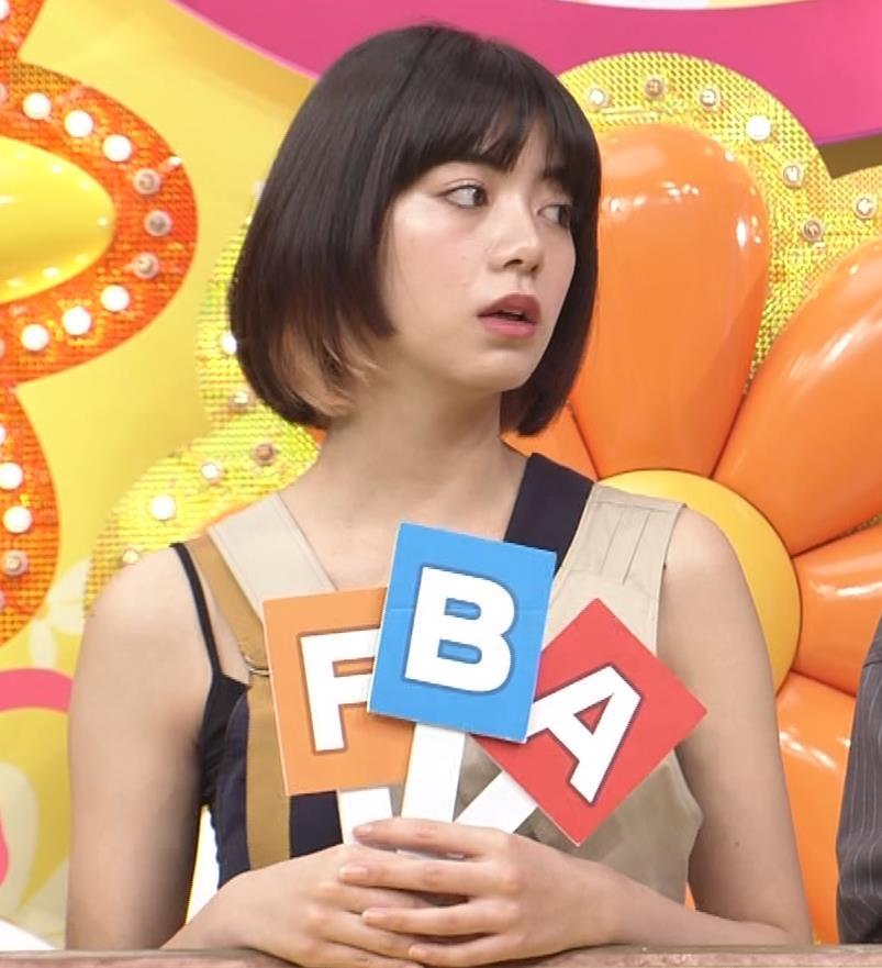 池田エライザ お昼の番組でもエロい衣装で胸の谷間チラリしてるキャプ・エロ画像9