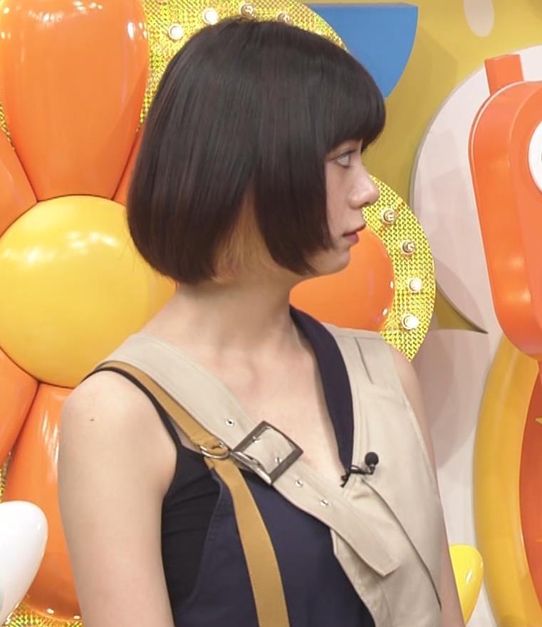 池田エライザ お昼の番組でもエロい衣装で胸の谷間チラリしてるキャプ・エロ画像10