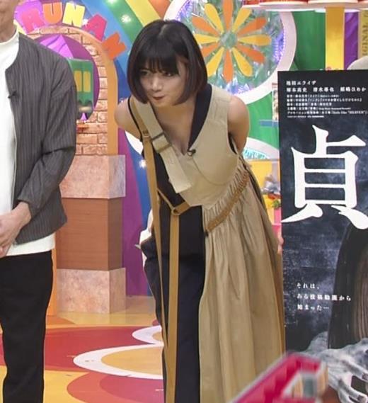 池田エライザ お昼の番組でもエロい衣装で胸の谷間チラリしてるキャプ画像(エロ・アイコラ画像)