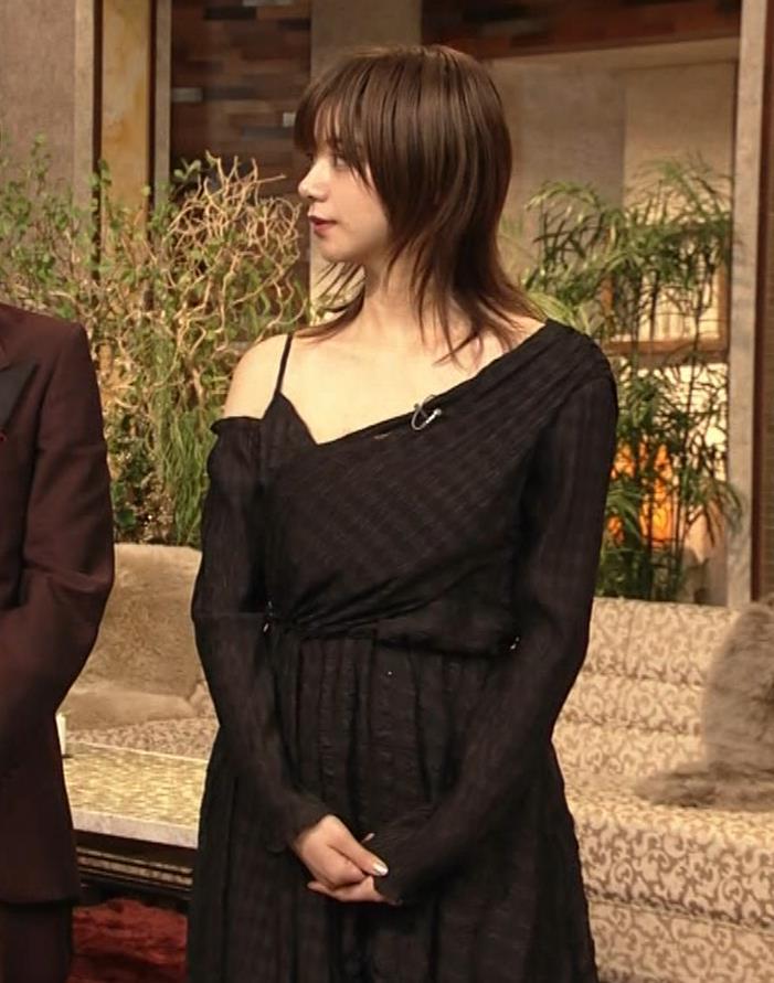 池田エライザ NHKでもエロい衣装。しぐさもエロいキャプ・エロ画像3