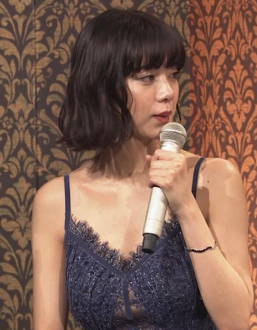 池田エライザ 垂れてそうでエロいセクシードレスのおっぱいキャプ・エロ画像
