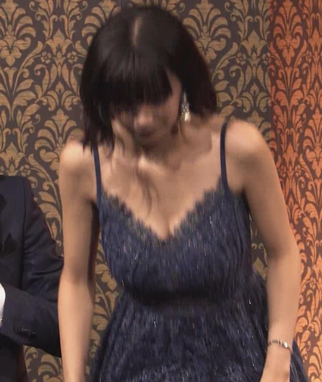 池田エライザ 垂れてそうでエロいセクシードレスのおっぱいキャプ・エロ画像2