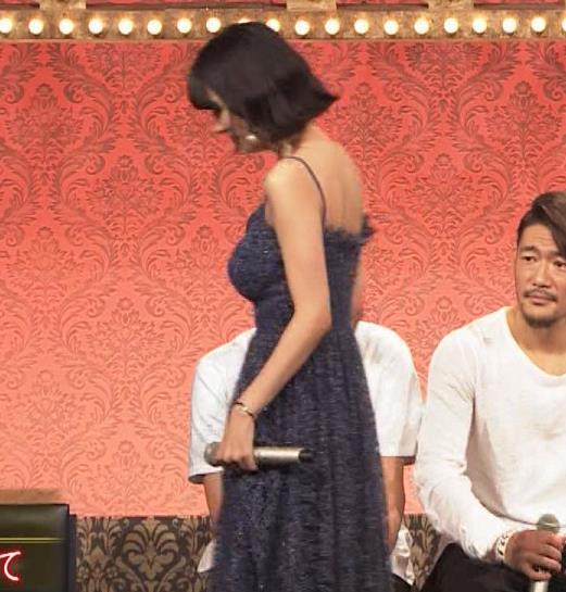 池田エライザ 垂れてそうでエロいセクシードレスのおっぱいキャプ・エロ画像12
