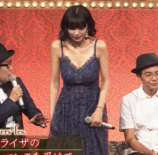 池田エライザ 垂れてそうでエロいセクシードレスのおっぱいキャプ・エロ画像13
