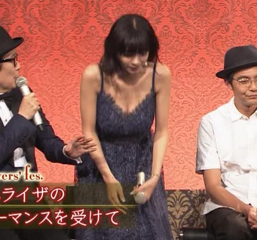 池田エライザ 垂れてそうでエロいセクシードレスのおっぱいキャプ・エロ画像14