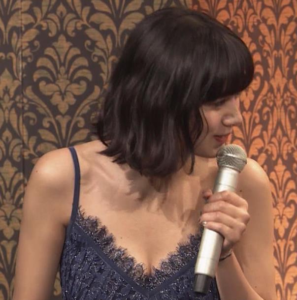 池田エライザ 垂れてそうでエロいセクシードレスのおっぱいキャプ・エロ画像15