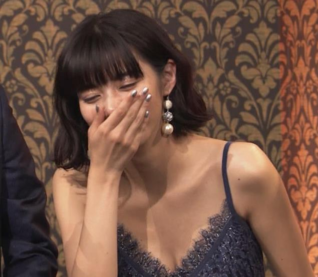 池田エライザ 垂れてそうでエロいセクシードレスのおっぱいキャプ・エロ画像16