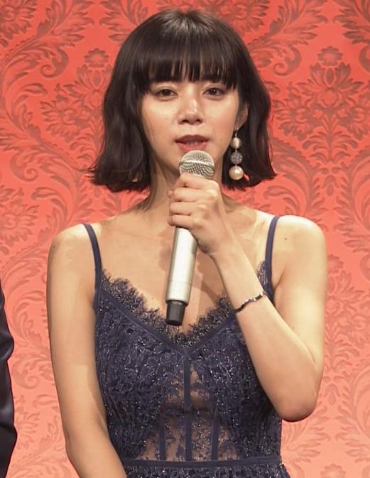 池田エライザ 垂れてそうでエロいセクシードレスのおっぱいキャプ・エロ画像17