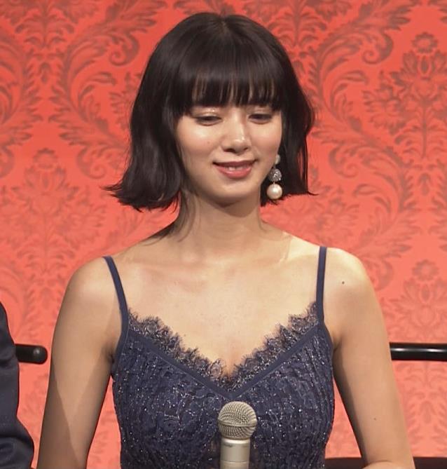 池田エライザ 垂れてそうでエロいセクシードレスのおっぱいキャプ・エロ画像18