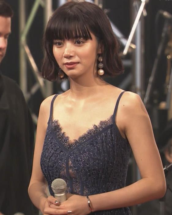 池田エライザ 垂れてそうでエロいセクシードレスのおっぱいキャプ・エロ画像19