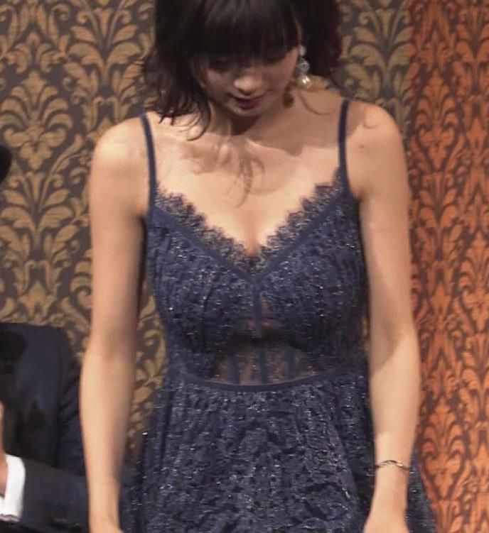 池田エライザ 垂れてそうでエロいセクシードレスのおっぱいキャプ・エロ画像3