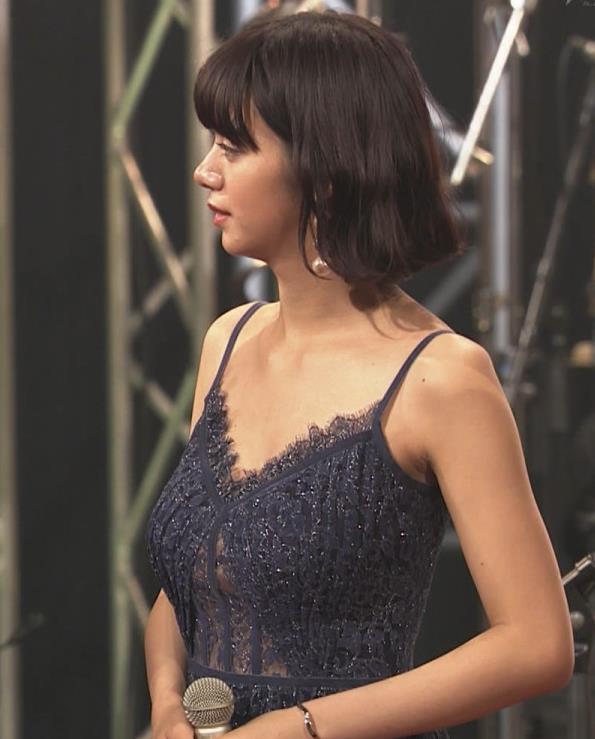 池田エライザ 垂れてそうでエロいセクシードレスのおっぱいキャプ・エロ画像21