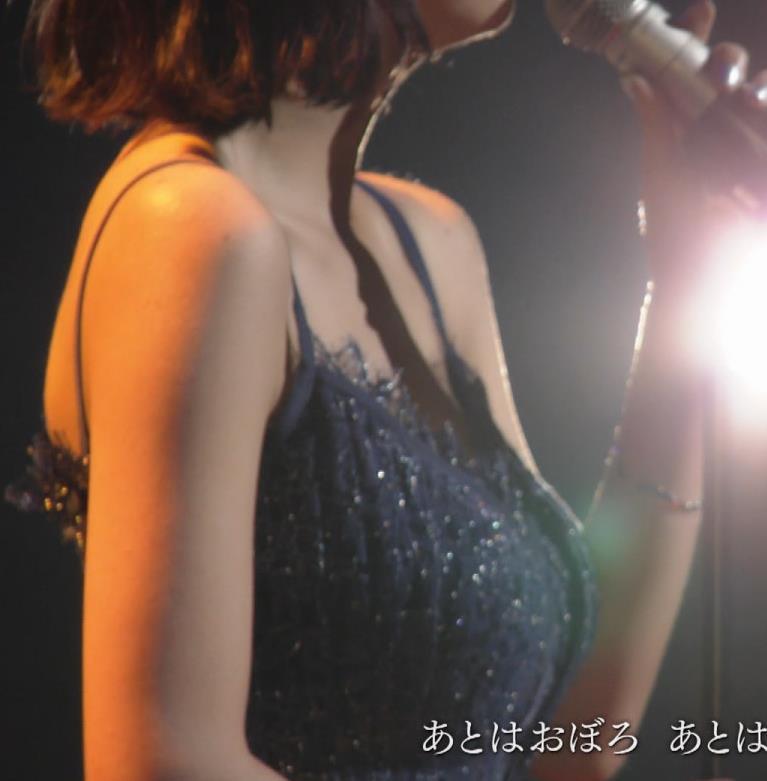 池田エライザ 垂れてそうでエロいセクシードレスのおっぱいキャプ・エロ画像5