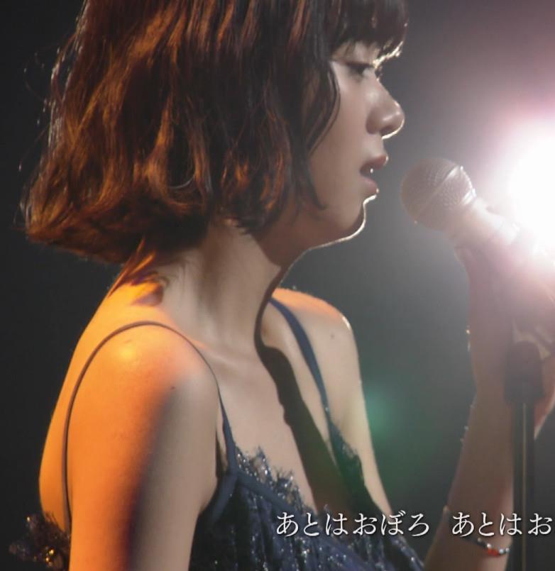 池田エライザ 垂れてそうでエロいセクシードレスのおっぱいキャプ・エロ画像6
